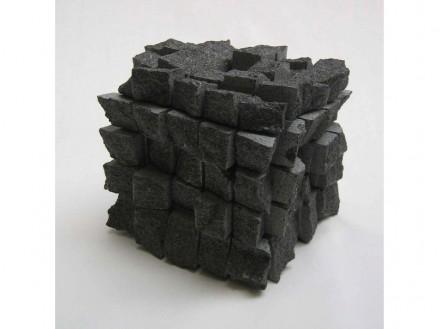 Gerhard Trieb: Paisagens de cubos sobre superfície de rocha.