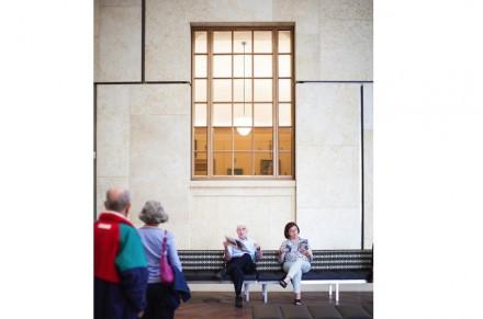 """Una vez el visitante ha dejado la zona de entrada tras de sí, llega primero a un patio interior con un café. """"A través de las ventanas.... obras de El Greco y Gauguin nos lanzan miradas indiscretas"""", comenta la revista Vogue."""