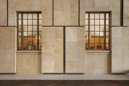 Merece la pena detallar cómo está decorado este patio de luces con piedra natural: en las paredes se ha colocado piedra caliza Ramon Gold, una variante de color del Ramon Grey, con la que está recubierta la fachada exterior.
