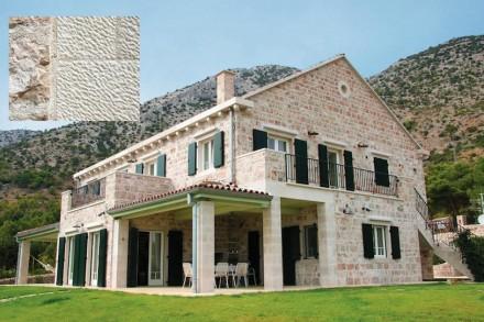 Outros leitores têm apontado para a ilha croata de Brač. Não apenas há uma pedra calcária puramente branca ali, mas também um tratamento especial para a superfície. Ele remonta ao tempo dos romanos.
