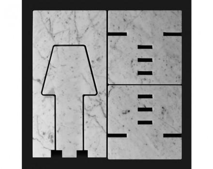 """Per esempio, la lampada con il nome """"Più O Meno"""", in simboli: """"+O-"""". Per questo, la piastrella di scarto verrebbe tagliata in tre pezzi di cui i due pezzi uguali diventerebbero il piede della lampada."""