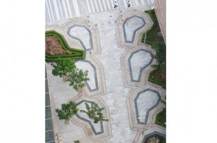 Uma referência adicional para as tradições regionais é o conjunto de linhas em diferentes cores de granito no chão. Neles pode-se perceber ecos dos tapetes de beduínos.