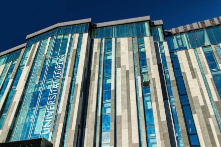 Senkrechte Linien bestimmen auf der Seite zum Augustusplatz die Uni-Gebäude. Glas überwiegt beim Augusteum. Das Glas sieht jedoch wie Stein aus, wo auf seine Außenhaut ein Siebdruck aufgebracht ist.