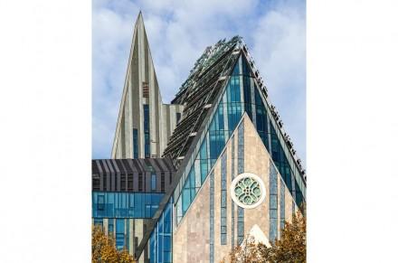 Das auffällige Türmchen steht wieder im Bezug zur Geschichte: Ehemals saß es mittig auf dem Dach der Uni-Kirche auf; nun ist es seitlich verschoben und dadurch zu einem veritablen Kirchturm geworden.