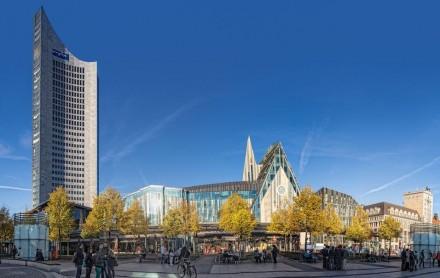 Unübersehbar am Rand des Ensembles steht das City-Hochhaus, gut 150 m hoch und zu DDR-Zeiten für die Universität erbaut.