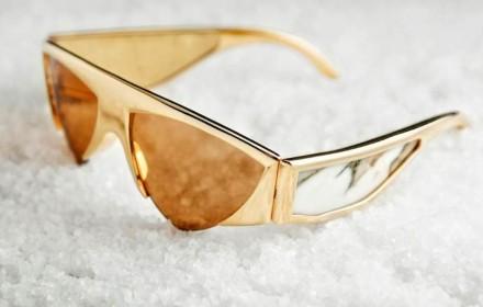 Bei der Sonnenbrille besteht das Gestell aus vergoldetem Metall mit eingelegtem Paonazzetto Marmor.