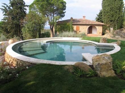 Der verwendete Naturstein ist der lokale Travertin Becagli, der unweit des Firmensitzes in Rapolano Terme gewonnen wird.