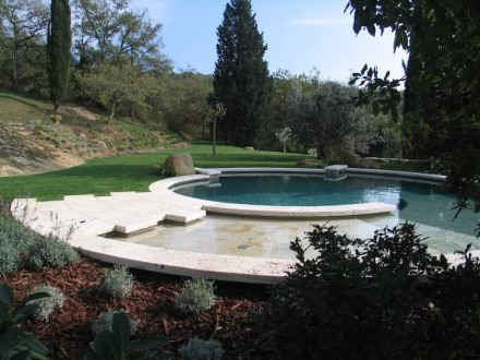 Piscina redonda de travertino Becagli en la Toscana.