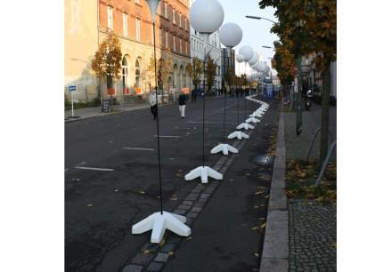 """Installation """"Lichtgrenze"""" in der Zimmerstraße. Im Asphalt der ehemalige Verlauf der Mauer."""