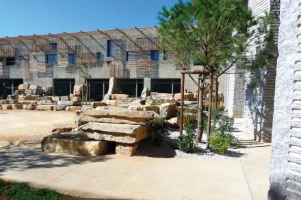 In den Innenhöfen greifen die Fassaden aus Sichtbeton ein typisches Element der Natur an der Küste auf: ihre Oberflächen sehen aus wie Schilf.