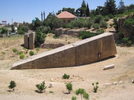 """Der """"Hajjar al-Hibla"""" (Stein der schwangeren Frau), Foto aus dem Jahr 2010 vor der aktuellen Ausgrabung. Foto: Senemm TSR / Wikimedia Commons"""
