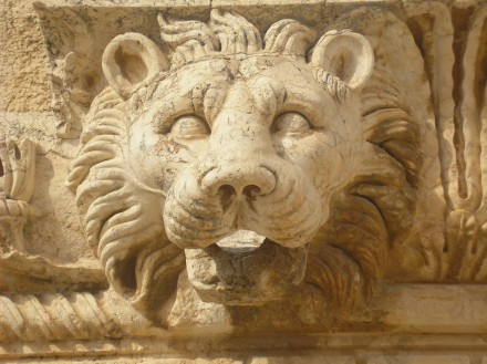 Löwenfigur in Baalbek: Foto: Dominik Tefert / Wikimedia Commons
