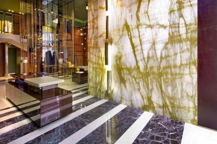 Logo na entrada há uma parede revestida em calcário Giallo Siena com dimensões de 4,73 m de altura por 2,84 m de largura.