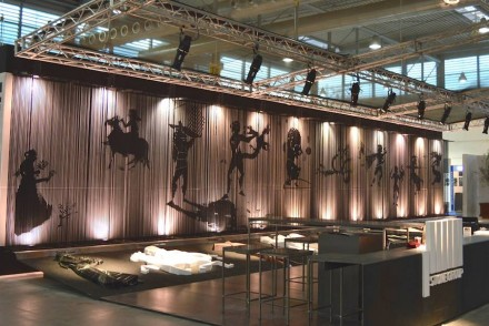 The stand's backdrop wall created a fourth dimension, namely time, as can be seen in a video.