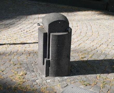 Im allgemeinen zählen Poller zu den eher unauffälligen Stadtmöbeln. Hier ein aufwändiges Exemplar aus Koblenz.