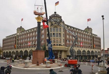 Eine Kogge krönt in luftiger Höhe das Störtebeker-Denkmal in Hamburg-Hammerbrook. Einweihung war am 28. November 2014.