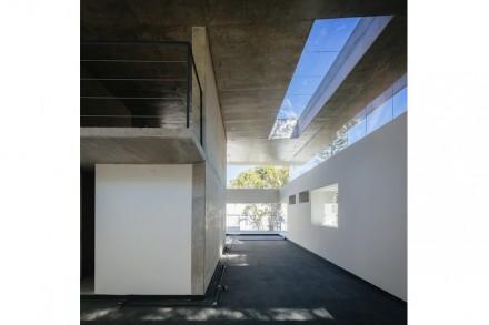 Eigentlich ist die Architektur eine Etude über das Thema Ausschnitte in Mauern und Leerstellen in der Fassade: langgezogen sind sie im Dach..,
