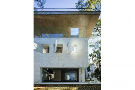 """Das I-Tüpfelchen der Leerstellen-Architektur aber sind die 3 Guckkastenfenster, mit denen, so die Architekten, die Vorderfront """"gepierct"""" ist."""