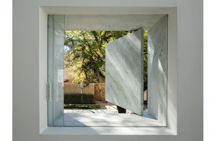 The showcase windows are framed in massif stone but can nevertheless be opened and closed.