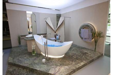 Blickfang am Rossittis-Stand war ein Badezimmer, in dem Naturstein spektakulär in Szene gesetzt wurde.