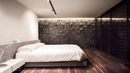 The concrete blocks make a repeat appearance on the inside, e.g. on the walls of the bedroom.