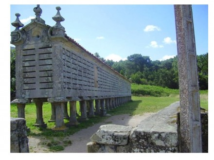 Hórreos were granaries, which the Spanish ancestors built from stone slabs and sometimes from wood. We show a heritage example still standing in Portugal. Foto: Marmomacc 2009