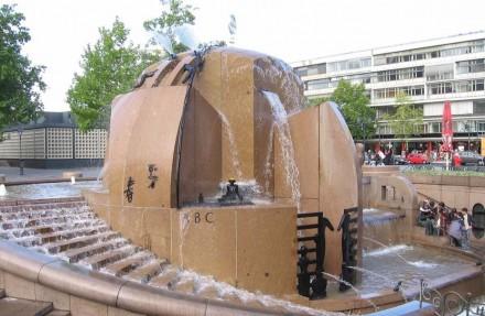 Der Brunnen auf dem Berliner Breitscheidplatz neben der Gedächtniskirche wurde in Naturstein gestaltet. Rechts im Hintergrund das Bikini-Haus, inzwischen modernisiert. Foto aus dem Jahr 2006.