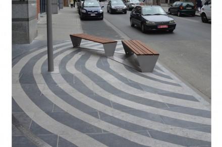 Algunas de estas zonas de descanso tienen un original diseño: Una serie de anillos discurren sobre el pavimento, que suele ser lineal.