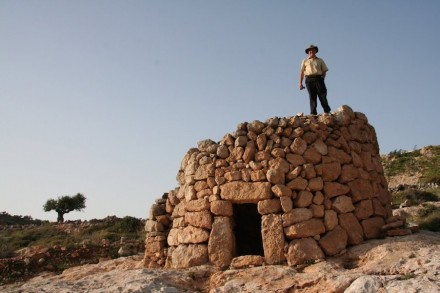 Duas referências à arquitetura local foram incorporadas ao pavilhão. Por um lado, existem os velhos Manateers, casas de pedras empilhadas, comuns no campo, que ofereciam abrigo aos pastores ou caminhantes.
