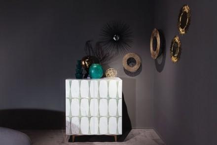 """Citco-Privé: """"Pigalle"""". Prodotto: madia. Misure: 108x71px120h cm. Materiali: Bianco Statuario, applicazioni in ottone lucido."""