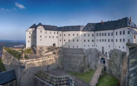 Steile Mauern sind auf dem Fels hochgezogen. Foto: Bernd Walther / Festung Königstein