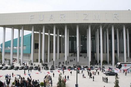 O pavilhão central é acessado através de um hall composto com colunas revestimento em aço inoxidável.