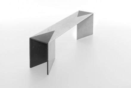 """Zum Beispiel die Füße für die Tische mit dem Namen """"Closer"""" (Näher): es werden zwei Lagen übereinander gelegt, so dass eine Art von Tasche mit Innen und Außen entsteht."""