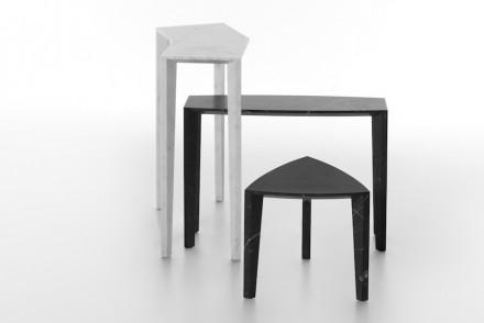 Anche qui il marmo bianco è un Bianco di Carrara, quello nero un Nero Marquina. Le superfici sono levigate anche in questo caso.
