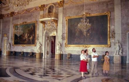 Die Wände im Marmorsaal im Neuen Palais in Potsdam-Sanssouci sind mit schlesischem Marmor verkleidet. Berühmt ist das Fußbodenmosaik, inzwischen restauriert. Foto aus dem Jahr 1988. Quelle: Hajotthu / Wikimedia Commons