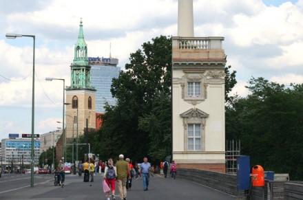 Eine Musterfassade ist am Spreeufer gegenüber vom Dom an der Karl-Liebknecht-Straße zu sehen.