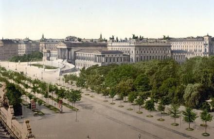 Das k.u.k. Reichsratsgebäude (heute Parlament) an der Wiener Ringstraße um 1900, aufgenommen vom Burgtheater aus; rechts der Rathauspark. Quelle: Wikimedia Commons
