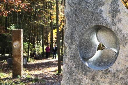 Im Wald an der Mangfall stehen bereits um die 20 Skulpturen. Hier 2 Werke von Bildhauer Tobel, einem der Organisatioren. Foto: Kunstdünger e.V.
