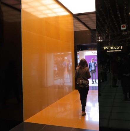 Chega-se lá através de um acesso pavimentado com uma variante dourada deste produto. Ela parece vermelha nesta fotografia por causa da luz artificial.