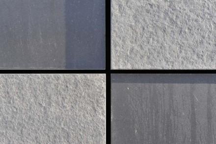 Es gibt zwei Farben, zum einen hellgrau (bei den geflammten und gebürsteten Steinplatten) und zum anderen dunkelgrau (bei den Platten mit feingeschliffener Oberfläche).