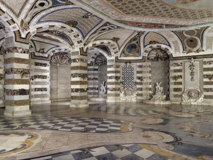 Fußboden, Wände und Decken sind im Grottensaal außergewöhnlich gestaltet.
