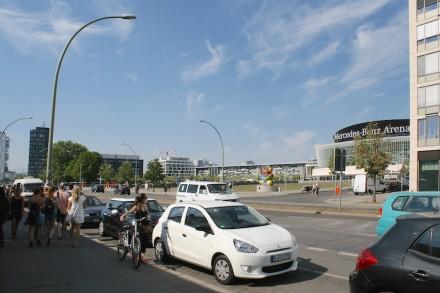 Ein Entertainment-Viertel vor der Merceds-Benz-Arena soll als Teil des neuen Stadtquartiers am Berliner Ostbahnhof entstehen. Rechts angeschnitten eines der Bürohäuser mit Kalksteinfassade, die dort bereits gebaut wurden. Links, nicht zu sehen, die East Side Gallery.