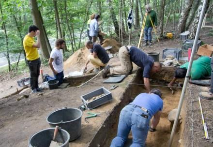 Archäologen und Studenten bei Ausgrabungsarbeiten am Ravensberg. Fotos: Stadt Troisdorf