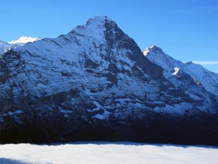 Die Gesteine zum Beispiel rund um den Eiger (3970 m) sind durch starke Auftriebskräfte entstanden – nicht durch horizontal wirkende Schubkräfte. Das Nebelmeer im Vordergrund liegt auf etwa 1700 m Höhe. Foto: Fritz Schlunegger, Universität Bern