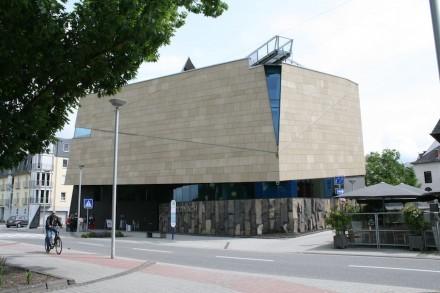 Fassadenverkleidung mit Tuff am Erlebniszentrum Kaltwassergeysir in Andernach.