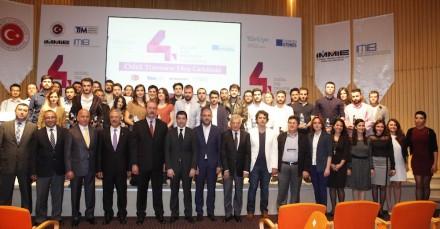 Premiados y miembros del Imib en la entrega de premios. El quinto por la izquierda en la primera fila es el presidente de la federación, Ali Kahyaoğlu. Foto: Imib
