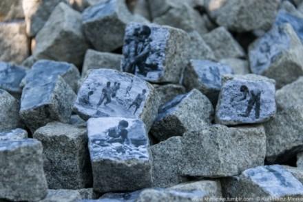 Die Künstlerin Gerda Waha-Schäfer aus Hessen unterstützte die XertifiX-Jubiäumsveranstaltung mit einem Projekt: Granitsteine tragen Fotos von Produktionsstätten, wo Kinder und Erwachsene Steine behauen. Der Erlös aus dem Verkauf der Steine ging an XertifiX Sozialprojekte e.V.