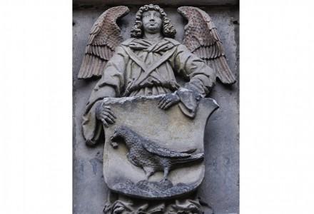 Ein Engel hält das Wappen der Familie von Trotha. Foto: FrecheEnte / Wikimedia Commons