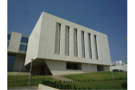 The International Africa Prize went to architects Sendarrubias & Hernandez for their planning and construction of a new hotel school at the University of Algeria. The jury expounded on the façade-design using limestone slabs measuring 2.5 x 1.5 m with a thickness of a mere 8, 10 and 11 mm respectively and its special bracing.
