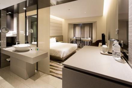 Il Premio Internazionale Asia è andato agli architetti e designer dello studio WOW Architects/Warner Wong per la modernizzazione del albergo Carlton a Singapore. Lì sono stati impiegati 4000 m² dell' Engineered Stone Silestone.